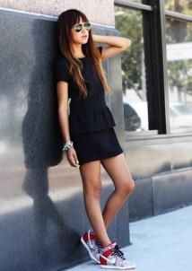 Šaty a tenisky – nový trend, který boří zaběhnutou klasiku